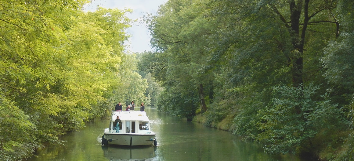 Approaching a dock with Le Boat in the Charente